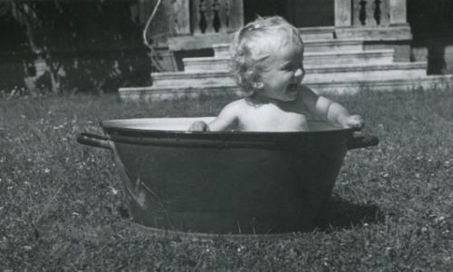 bébé dans sa bassine