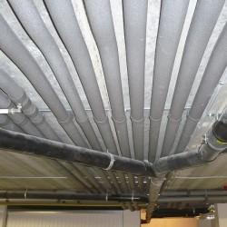 Canalisations en Multiskin avec isolation et évacuations. Toutes les canalisations ont été rassemblées dans le garage pour un résultat propre et net.