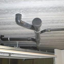 Evacuations - Le tuyau passe au-dessus de la porte de garage et n'entrave pas son passage lorsque qu'elle est ouverte.