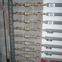 Canalisations en Multiskin avec isolation et évacuations. Toutes les canalisations ont été rassemblées dans le garage pour un résultat propre et net - introduction d'eau immeuble à appartements