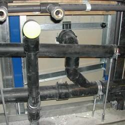 Toilettes d'entreprise - installation des arrivées et des évacuations d'eau pour les éviers