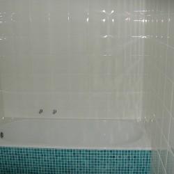 baignoire et mosaique turqoise