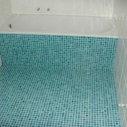 baignoire et mosaique turquoise
